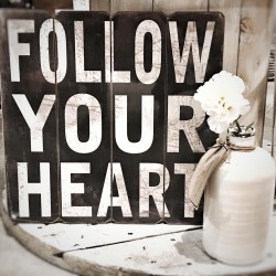 Pannello in legno con frase Follow your heart