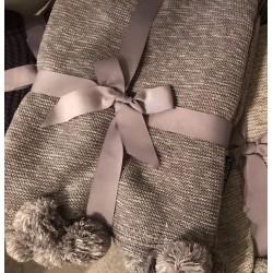 Plaid lavorato a maglia con pon pon color grigio medio