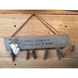 Barra in legno con mollette per calze Clean, Single & looking for a Mate